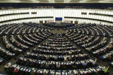Casi 400 europarlamentarios y parlamentarios nacionales de la UE se suman al clamor internacional y piden la suspensión de las patentes de la Covid-19